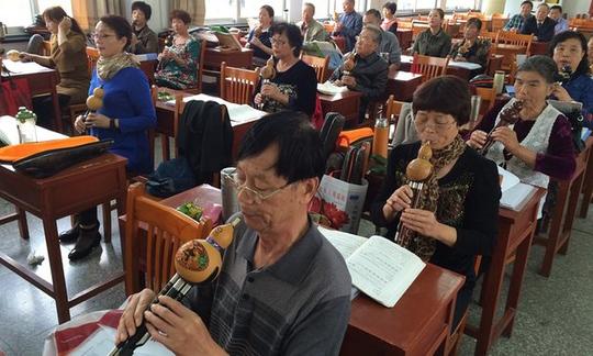 Các học viên học thổi sáo ở trường học dành cho người cao tuổi tại huyện Như Đông, tỉnh Giang Tô, Trung Quốc Ảnh: The Guardian