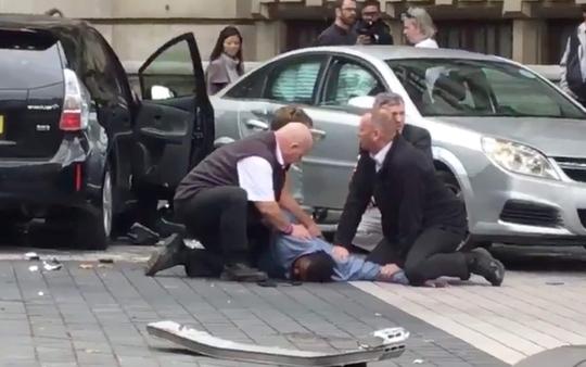 Lại lao xe vào đám đông ở London - Ảnh 1.