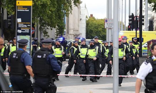 Lại lao xe vào đám đông ở London - Ảnh 5.
