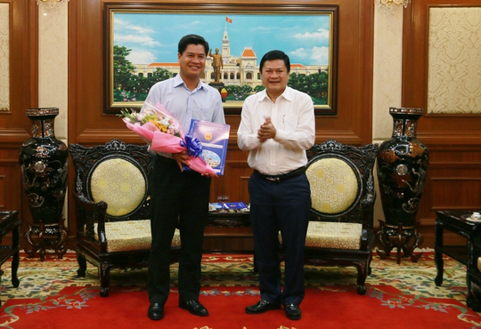 Phó Chủ tịch UBND TP HCM Huỳnh Cách Mạng (phải) trao quyết định bổ nhiệm ông Lê Minh Khoa.