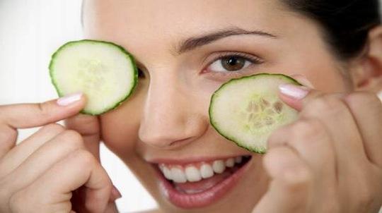 Dùng dưa leo làm mát mắt cũng là cách giảm bớt và ngăn ngừa bọng dưới mắt Ảnh: BEST ONLINE MD