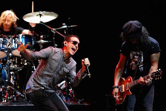 Sao sốc vì giọng ca chính nhóm Linkin Park tự tử - Ảnh 2.