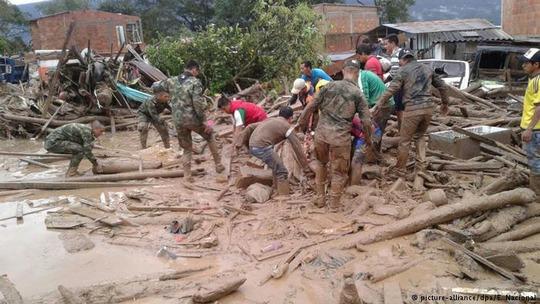 Lực lượng cứu hộ Colombia tìm kiếm những người mất tích sau thảm họa lở bùn Ảnh: DPA