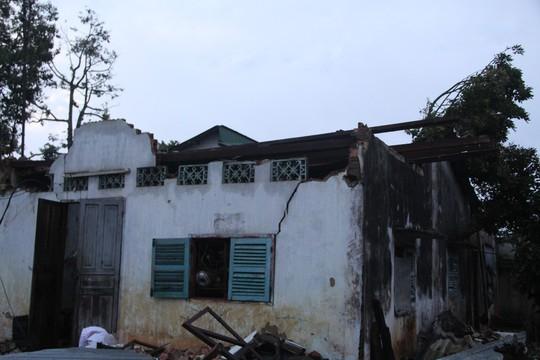 Lâm Đồng: Lốc xoáy 30 phút, hàng chục căn nhà chỉ còn lại vách - Ảnh 1.