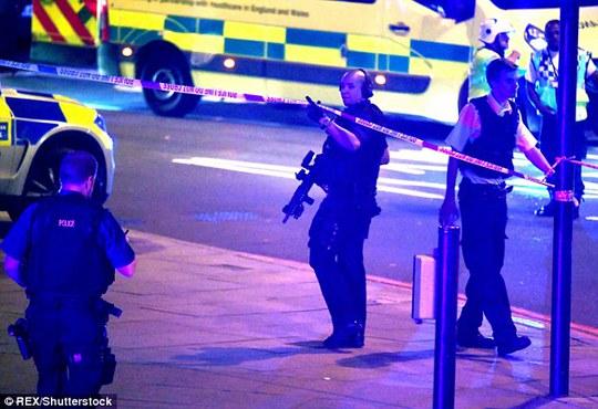London lại hoảng hồn vi xe lao vào đám đông giữa đêm - Ảnh 4.