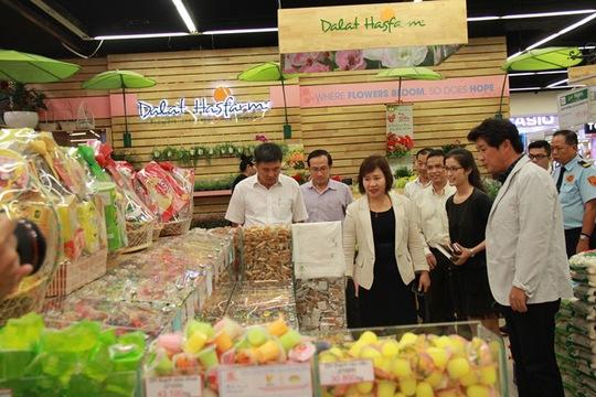 Thứ trưởng Hồ Thị Kim Thoa kiểm tra quầy hàng bánh kẹo Tết tại LOTTE Mart quận 7