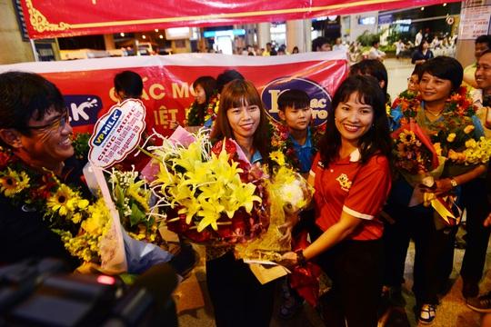 Ngày về rạng ngời của tuyển bóng đá nữ Việt Nam - Ảnh 12.