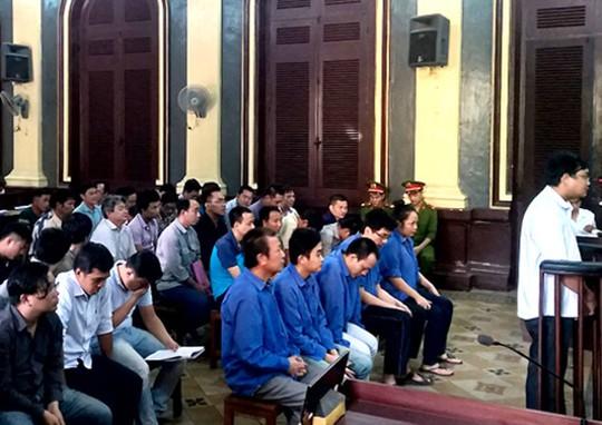 Một phiên tòa có đông bị cáo và nhiều luật sư tham gia