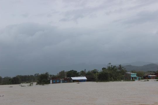 Lũ kéo về bao vây, TP Quy Nhơn chìm trong biển nước - Ảnh 7.