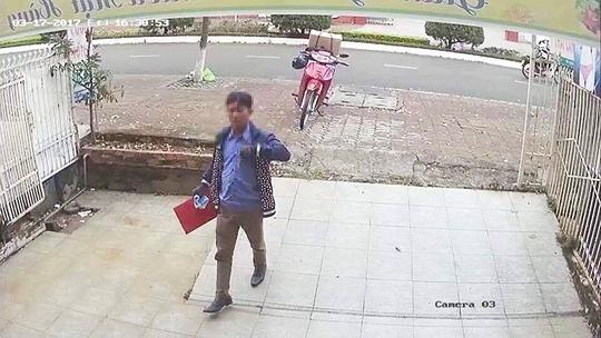 Đối tượng mặc áo xanh đi xe máy màu đỏ lừa đảo hàng loạt ở Lâm Đồng.