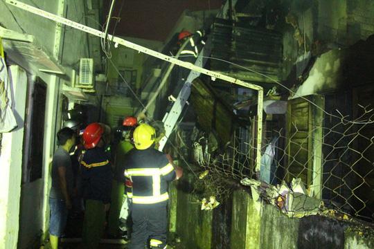 Lực lượng chữa cháy dùng thang để tiếp cận ngọn lửa ( Ảnh: Mai Vinh)