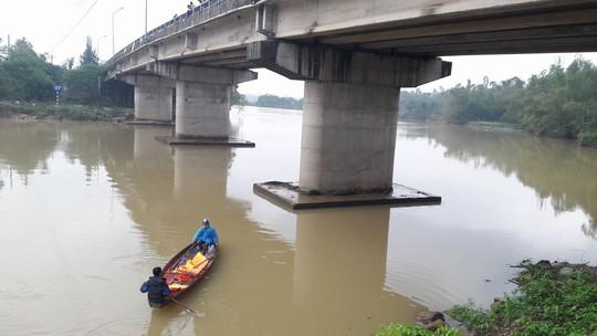 Bỏ lại xe đạp trên cầu, một học sinh lớp 11 nhảy sông tự tử - Ảnh 2.