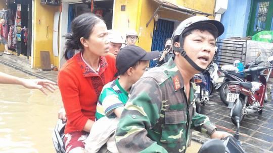 Bộ đội dùng ca nô vượt lũ đưa người đi cấp cứu - Ảnh 2.