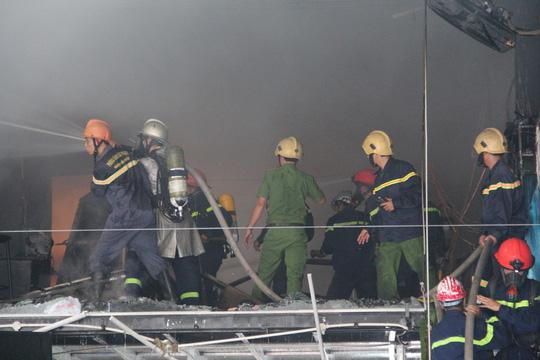 Đà Nẵng: Cháy lớn tại gara ô tô, nhân viên hốt hoảng bỏ chạy - Ảnh 2.