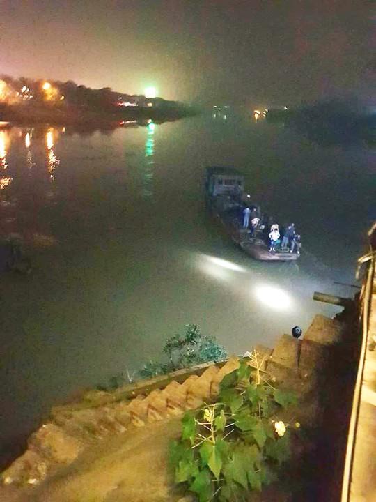 Lùi xe bất cẩn, ô tô lao xuống sông Hồng làm 2 người tử vong - Ảnh 1.