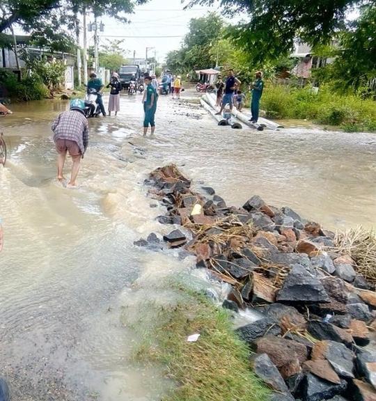 Mưa lũ gây ngập úng, sạt lở nặng ở Bình Thuận - Ảnh 1.