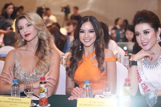 Á hậu Huyền My (bìa phải) đại diện Việt Nam tham dự cuộc thi Hoa hậu Hoà bình quốc tế 2017