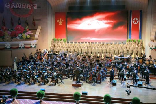 Triều Tiên khoe ảnh ông Kim Jong-un tươi cười tổ chức đại tiệc - Ảnh 2.