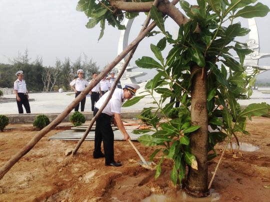 Chiến sĩVùng 4 Hải quân trồng cây lưu niệm tại Khu tưởng niệm chiến sĩ Gạc Ma