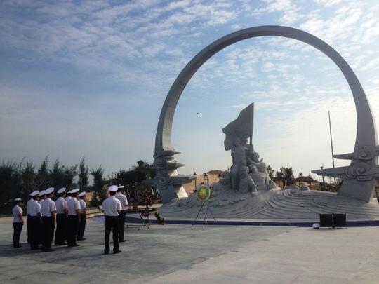 Các chiến sĩ Vùng 4 Hải quân tưởng niệm 64 liệt sĩ đã hy sinh để bảo vệ Gạc Ma