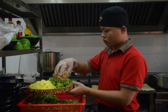 Các đại biểu thích thú món mì Quảng APEC - Ảnh 2.