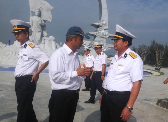 Ông Đặng Ngọc Tùng trao đổi với các chiến sĩ Vùng 4 Hải quân về tâm tình người dân cả nước hướng về tượng đài Gạc Ma