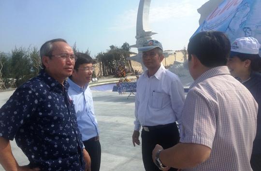 Hội đồng nghiệm thu trao đổi về việc thi công tượng đài