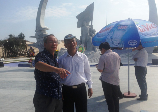 Ông Đặng Ngọc Tùng (thứ 2 từ trái sang) và ông Nguyễn Hòa, chủ tịch LĐLĐ tỉnh Khánh Hòa (đầu tiên bên trái) trao đổi về việc xây dựng các hạng mục phụ trợ cho phù hợp