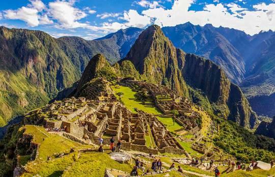 Machu Picchu, còn được gọi là Thành phố đã mất của người Inca, nằm trên Thung lũng Urubamba- Peru, hớp hồn du khách với cảnh núi trời thơ mộng. Ảnh: Machu Picchu Viajes Peru.