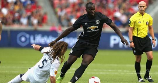 Lukaku vượt qua hàng thủ đối phương trước khi ghi bàn