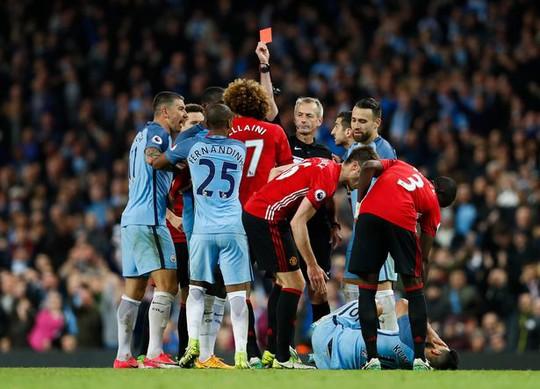 Mourinho cáo buộc Aguero đóng kịch khiến Fellaini bị đuổi - Ảnh 1.