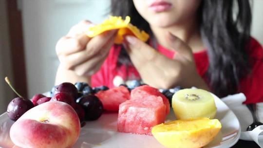 Bạn có đang ăn trái cây theo những cách gây hại sức khỏe? - Ảnh 2.