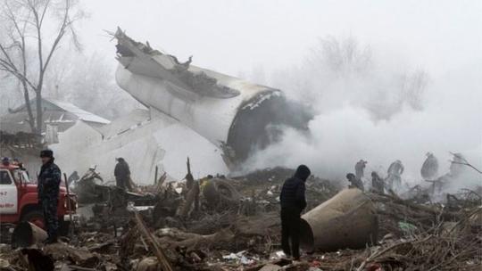 Chiếc máy bay vỡ thành nhiều mảnh, cày nát ngôi làng Dacha-Suu hôm 16-1Ảnh: Reuters