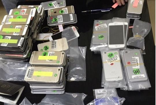 Tang vật thu giữ gồm 140 chiếc điện thoại iPhone mà người phụ nữ Trung Quốc quấn quanh người