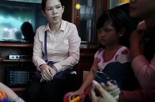 Đề nghị khởi tố vụ bé gái nghi bị cha ruột và mẹ kế bạo hành - Ảnh 1.