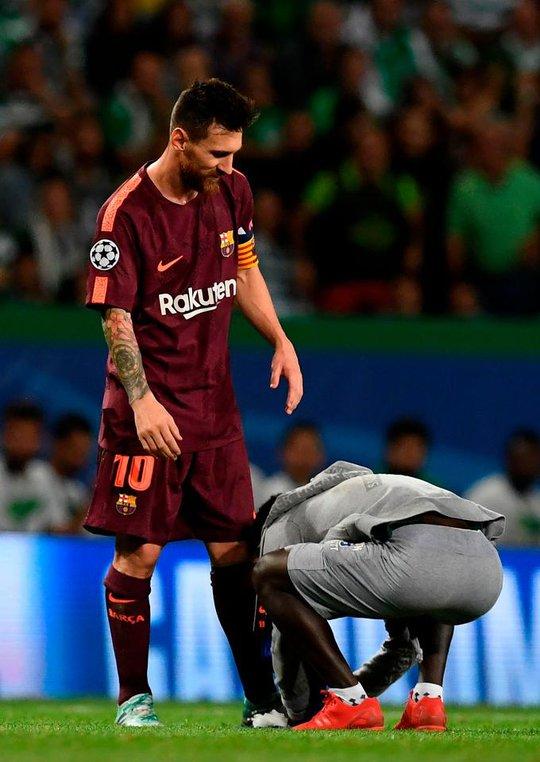 Fan cuồng hôn chân Messi trong tiếng hô tên Ronaldo - Ảnh 1.