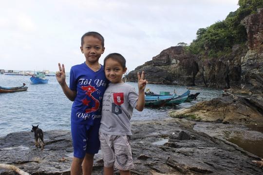 Hai anh em Nguyện Anh và Nguyện Em trên bờ biển sau giờ học