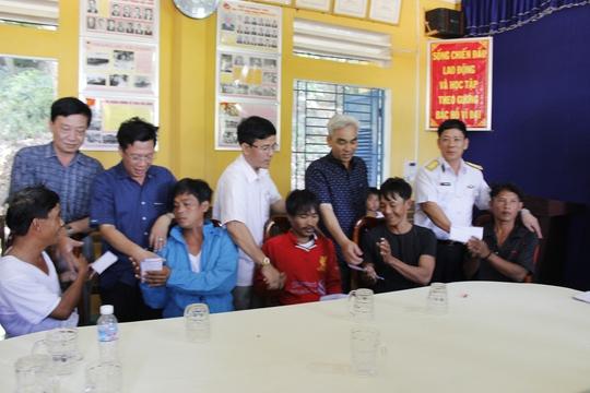 Đoàn công tác hỗ trợ ngư dân gặp nạn trên Hòn Chuối