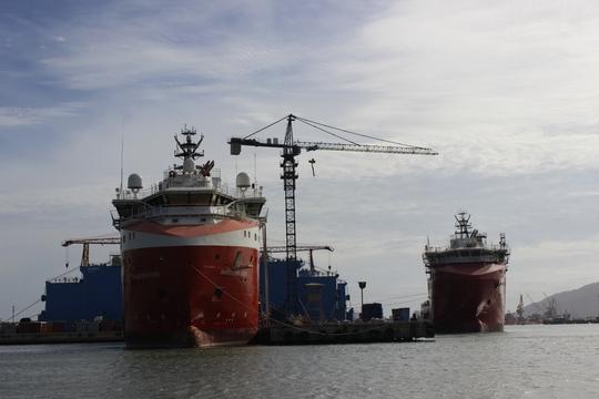 Cách bến thuyền không xa, du khách sẽ ngắm toàn cảnh ngành công nghiệp dầu khí hiện đại, lớn nhất cả nước với các cảng biển, các nhà máy đóng tàu, các con tàu dịch vụ…
