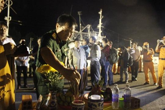 Thiếu tướng Lê Mạnh Tiến, Phó Chánh Văn phòng Ủy Ban quốc gia tìm kiếm cứu nạn, thắp hương cho nạn nhân