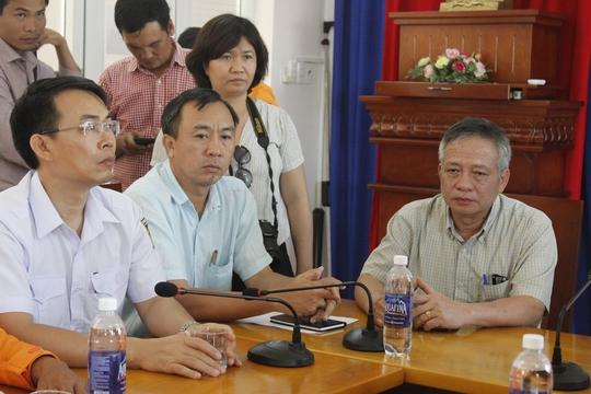 Ông Minh (ảnh phải, đại diện Vitaco) trao đổi với thân nhân người bị nạn
