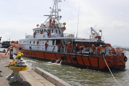 Tàu đưa thi thể thuyền viên về
