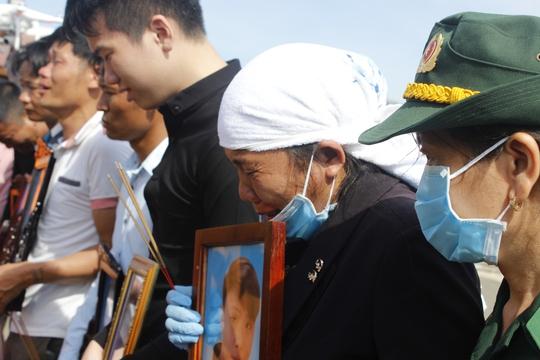 Nước mắt tiễn biệt thuyền viên tàu Hải Thành 26