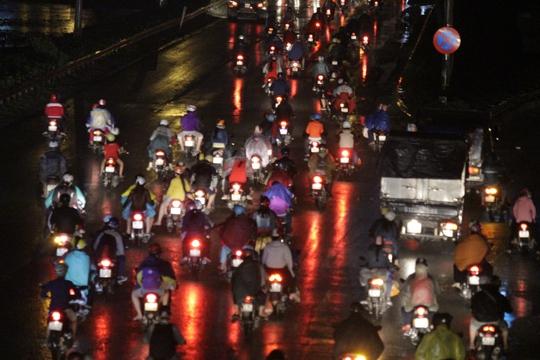 Trong khi đó, lượng người đổ về quốc lộ 1 khá đông đúc, nhiều người bị dính mưa ướt khi chạy qua con đường cửa ngõ thành phố.