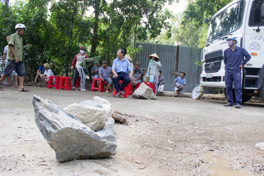 Bà Rịa - Vũng Tàu: Người dân đem đá chặn xe tải băm đường - Ảnh 2.