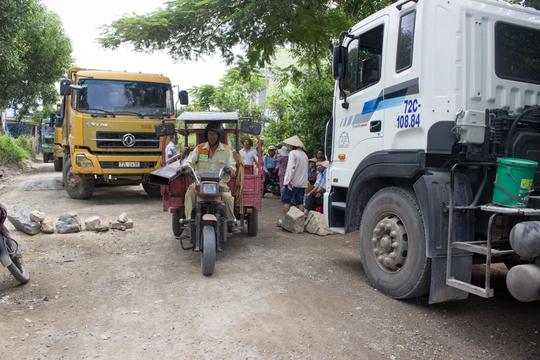 Bà Rịa - Vũng Tàu: Người dân đem đá chặn xe tải băm đường - Ảnh 4.