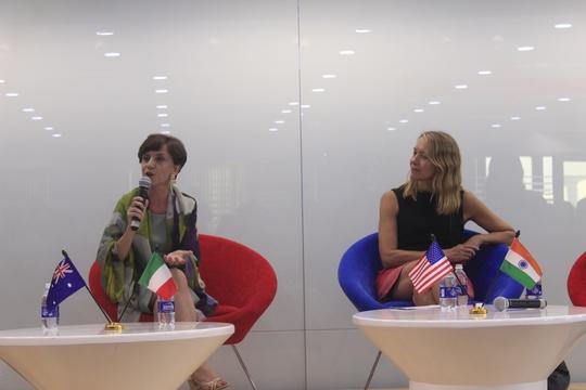 Tổng lãnh sự Ý Carlotta Colli (trái) nói rằng bà cố gắng linh hoạt nhất có thể với những đồng nghiệp nữ, đặc biệt với những người có con nhỏ.