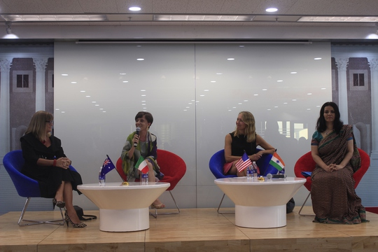 Các nữ tổng lãnh sự Úc, Ý, Mỹ, Ấn Độ tại TPHCM (lần lượt là Karen Lanyon, Carlotta Colli, Mary Tarnowka và Smita Pant) chia sẻ về chủ đề phụ nữ trong ngành ngoại giao. Ảnh: Thu Hằng