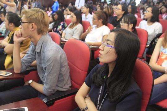 Các sinh viên ĐH Khoa học Xã hội và Nhân văn tham dự buổi thuyết trình.