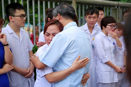 Bệnh nhân xúc động chia tay GS Nguyễn Anh Trí về hưu - Ảnh 3.